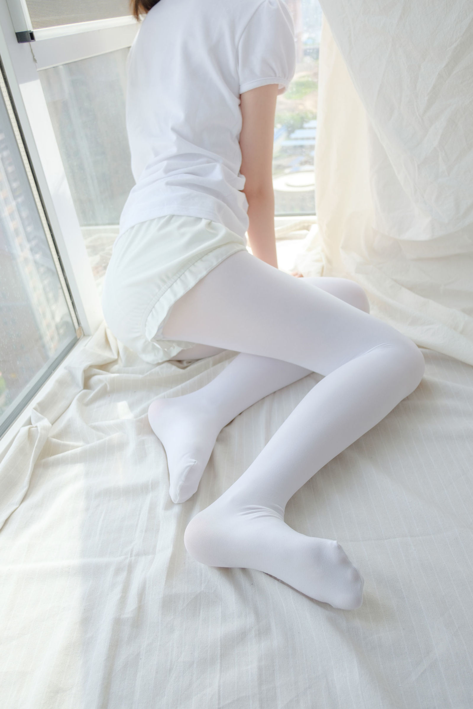 音乐资讯_美图-窗台上的白丝少女萝莉丝袜写真_值得一看_APP资源网-专注 ...